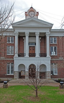 Marshall County Courthouse (1870, Fletcher Sloan, archt.)--this portico looks very similar to the Old Capitol's. Many people don't know that the Old Capitol's portico originally had flat arches that were changed to the semi-circular design in 1870s.