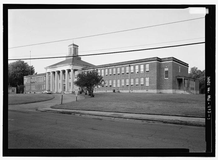 Braden Elementary School, Natchez, built 1949, R.W. Naef, principal archt., Beverley W. Martin, associate (courtesy HABS)