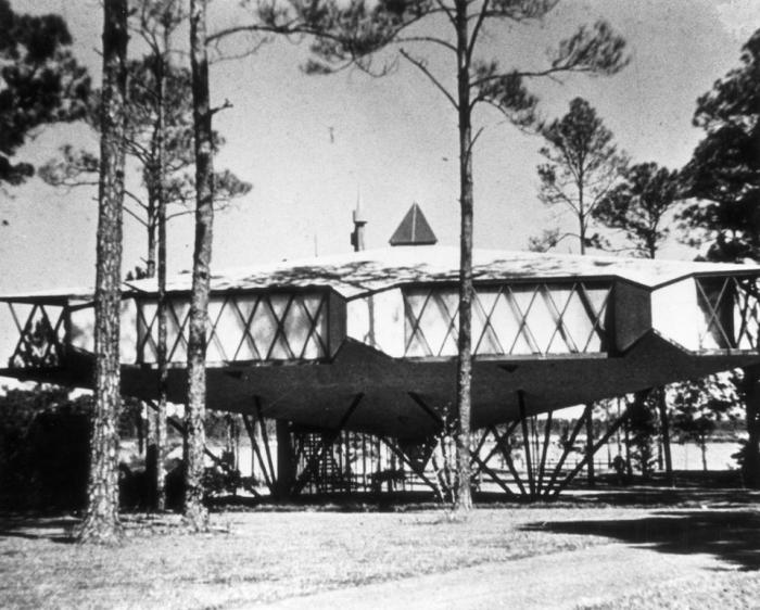 "Emil Gutman House [""Star House""] Gulfport, MS. Bruce Goff, Architect. Built 1958. Destroyed 1986. from http://www.domusweb.it/en/from-the-archive/2012/04/07/bruce-goff-for-a-total-architecture.html accessed 6-7-16"