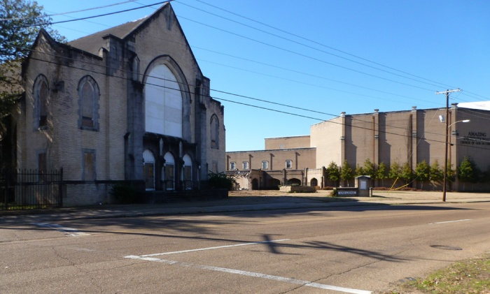 Former Parkway Baptist Church, boarded-up 1928 sanctuary to left, photo January 2015.