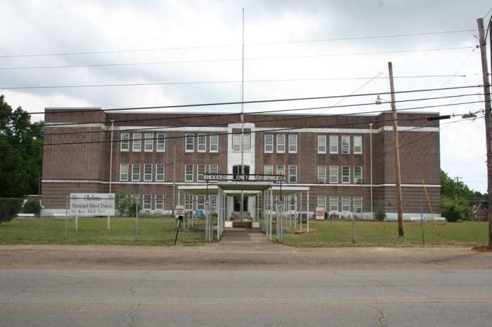 Okolona Elementary School (1924, C.H. Lindsley, archt.) Photo by Mingo Tingle, MDAH, 5-15-2015.