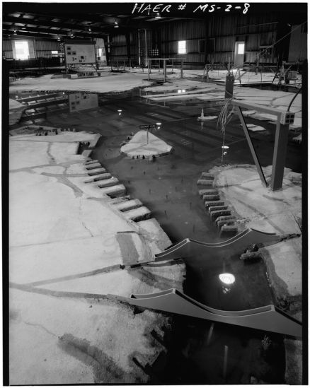NEW YORK HARBOR MODEL. VIEW FACING DOWN EAST RIVER TO NEW YORK HARBOR, WITH LOWER MANHATTAN ISLAND AT RIGHT. - Waterways Experiment Station, Hydraulics Laboratory