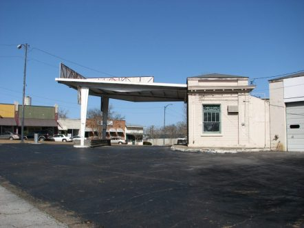 Gulf Oil Gas Station (Former), 201 E. Commerce St. (SE Corner of E. Commerce St. and S. Maple St.), Aberdeen, MS - Side Facade; March 11, 2010; W. White, photographer