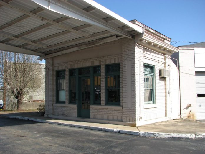 Gulf Oil Gas Station (Former), 201 E. Commerce St. (SE Corner of E. Commerce St. and S. Maple St.), Aberdeen, MS - Front and Side Facades; March 11, 2010; W. White, photographer